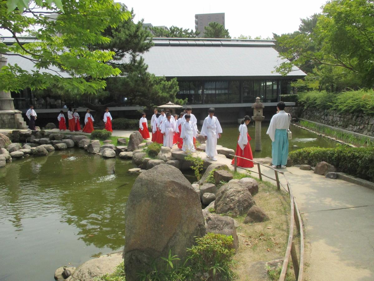 西宮神社で神主、巫女体験